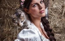 Anna Huber fotografiert von Tierlicht für Miss Lillys Hats. Tierfotografie geht auch anders.