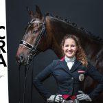 Dressurreiterin Victoria Wurzinger mit ihrem Pferd vor schwarzem Hintergrund